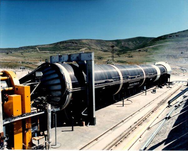 Vylepšený pomocný motor SRB s pláštěm z uhlíkového kompozitu tzv. Filament Wound Case. Bílé části jsou z kovu.