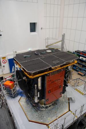 Příprava na vibrační zkoušky Solar Orbiter.