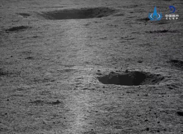 Měsíční povrch vyfocená Yutu 2