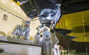 Zaměstnanci firmy Northrop Grumman a Ball Aerospace provádí inspekci pokrývky frill.