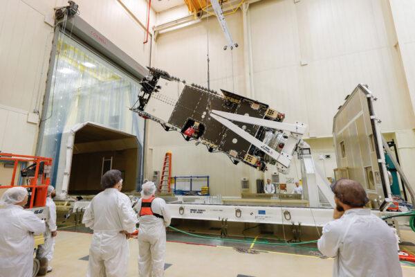 Příprava družice Arabsat 6A.