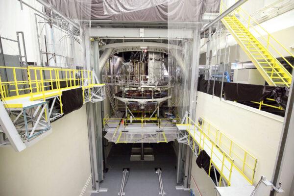 Ukládání servisní části JWST do vakuové komory.