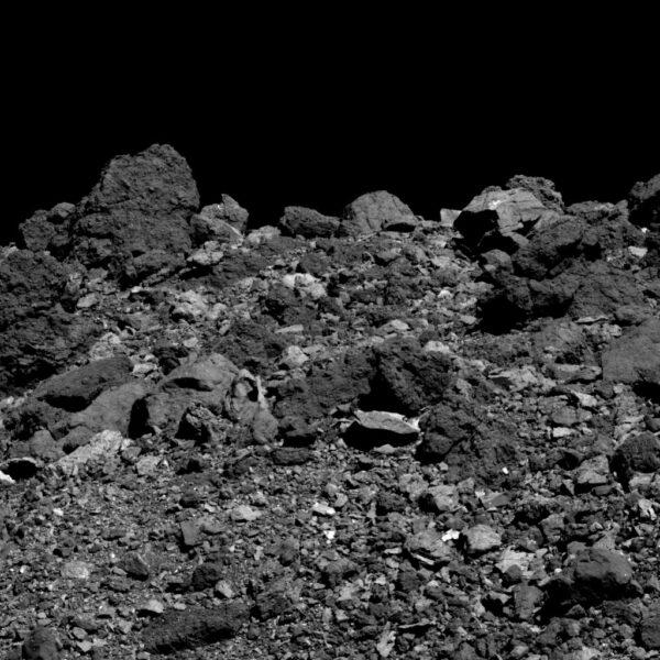 Snímek pořízený kamerou PolyCam zachytil 28. března 2019 severní polokouli Bennu. Největší kámen v levém horním rohu měří na šířku 14,5 metru.