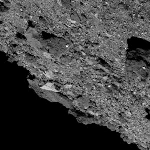 Snímek pořízený 4. dubna kamerou PolyCam zachycuje vpravo velmi tmavý balvan