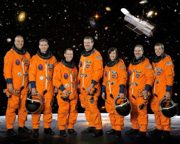 Posádka mise STS-125. Zleva: Massimino, Good, Johnson, Altman, McArthur, Grunsfeld, Feustel.