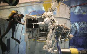 Nácvik výměny počítače SI C&DH na maketě teleskopu v bazénu NBL.