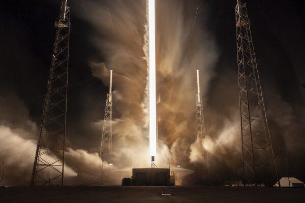 Časosběrný záběr startu Falconu 9 při misi Dragon CRS-17