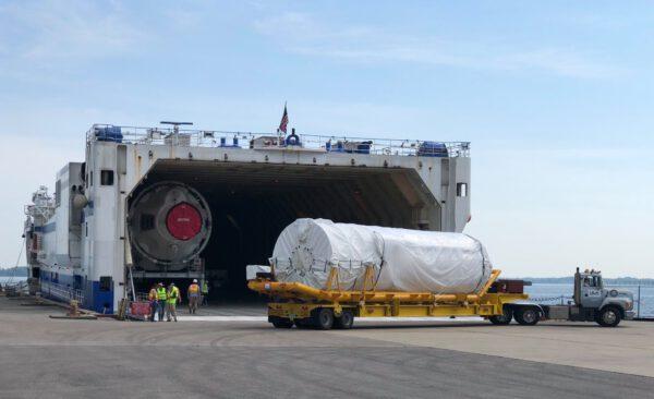 Ukládání dvoumotorového horního stupně Centaur pro misi CFT do lodi Mariner.