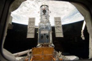 Hubbleův kosmický teleskop v zadní části nákladového prostoru čeká na důkladnou omlazovací kůru.