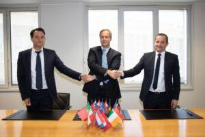 Zleva Ulrich Scheib (MT Aerospace), Daniel Neuenschwander (ESA) a Jean-Christophe Henoux (ArianeGroup) během podpisu dohody 14. května
