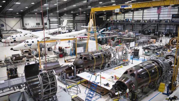 Práce v továrně Virgin Galactic