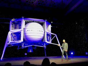 Jeff Bezos u makety landeru Blue Moon.