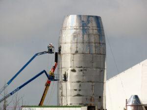 BocaChicaGal zachytila stavbu testovacího prototypu lodi Starship na texaské základně.