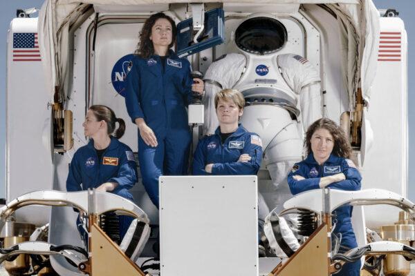 Astronautky z výběru 2013 v prototypu roveru. Zleva Nicole Mann, Jessica Meir, Anne McClain a Christina Koch. Mann a McClain jsou vojenské pilotky, Koch a Meir vědkyně. Koch má praktické zkušenosti s polárními oblastmi Země - Arktidou i Antarktidou. Mimo jiné absolvovala půlroční zimní pobyt na stanici Amundsen-Scott Pouth Pole Station.