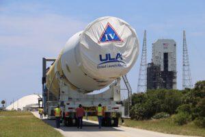 Transport prvního a druhého stupně poslední středně silné rakety Delta IV.