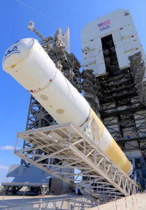 Vztyčování posledního exempláře středně silné verze rakety Delta IV.