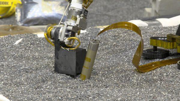 Nácvik použití lopatky na IDA k upěchování povrchu kolem přístroje HP3
