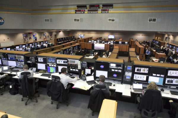 Pohled do řídicího střediska startu LCC v přípravě na letní simulovaná odpočítávání, 12. dubna