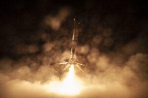 Přistání prvního stupně 1051 na plošině po startu s lodí Crew Dragon.