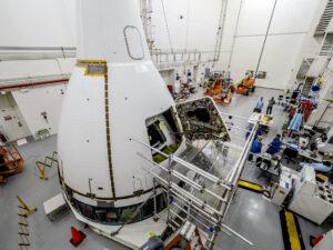 Kabina Orionu pro letový test Ascent Abort-2 v budově Launch Abort System Facility (LASF) 2. května.