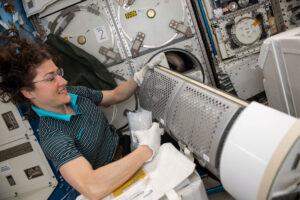 Christina Koch při práci s mrazničkou na ISS.