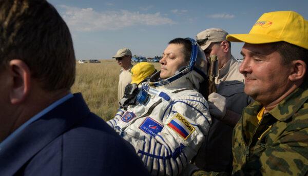 Oleg Kononěnko při přesunu z návratové kabiny