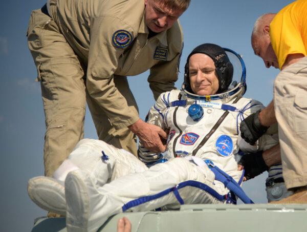 David Saint-Jacques během vylézání z návratového modulu lodi Sojuz.