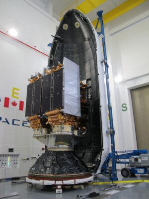 Družice Radarsat před uzavřením do aerodynamického krytu.