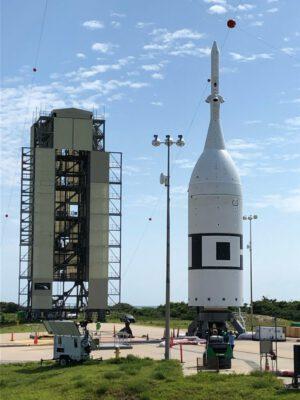 Nosná raketa ATB s Orionem uvnitř krytu systému LAS na rampě SLC-46, červen