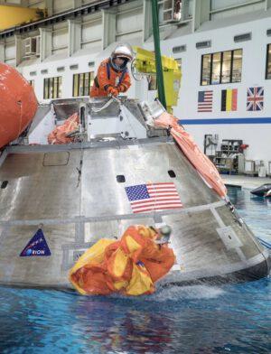Jessica Meir během bazénového nácviku postupů po přistání Orionu