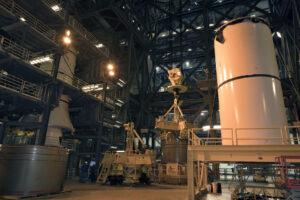 Zkouška manipulace s inertními díly urychlovacích motorů na tuhá paliva.