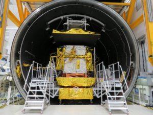 Družice Konnect po vyjmutí z vakuové a kryogenní komory