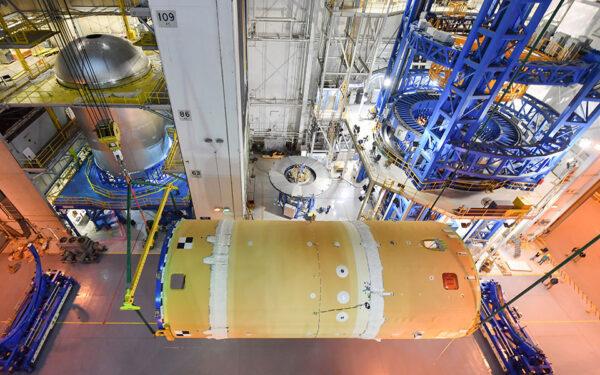 V levém horním rohu fotografie se nachází kyslíková nádrž pro centrální stupeň SLS pro Artemis 2, 15. dubna