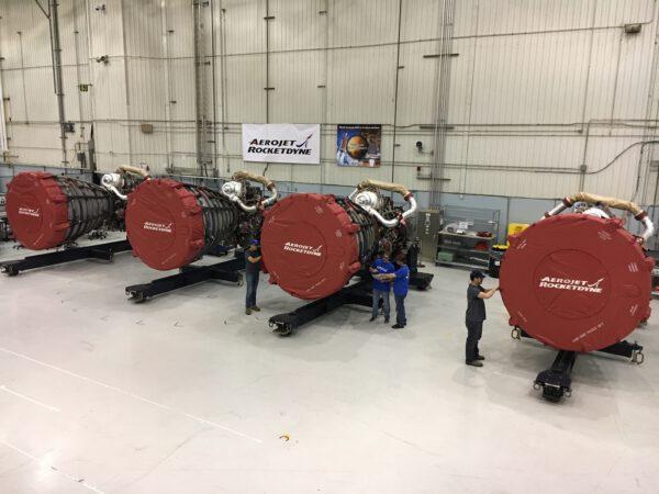 Čtyři motory RS-25 pro misi Artemis 1