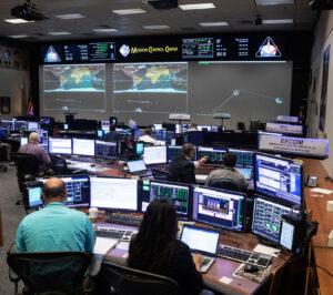 Řídicí středisko mise MCC, červen