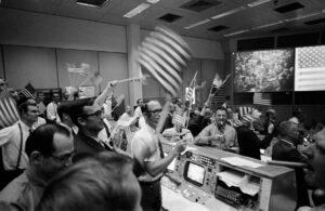 Oslavy návratu Apolla 11 na Zemi v řídícím středisku.