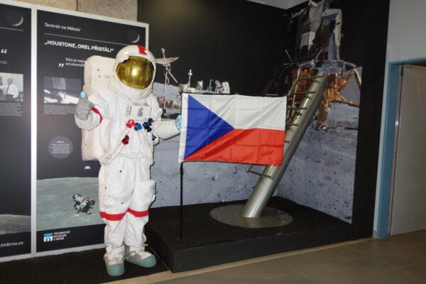 Zátiší s přistávací nohou lunárního landeru.