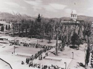 """Dlouhá fronta na výstavu """"Z vesmíru ke kořenům Ameriky"""" v Carson City (Nevada) v dubnu 1970"""