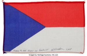 Československá vlaječka z velitelského modulu Apolla 15 je na prodej. Jak vidno Alfred Worden, je výtečný pilot, ale trochu horší vexilolog…