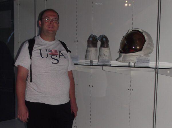 """Autor seriálu """"Týden s Jedenáctkou"""" (vlevo), rukavice lunárního skafandru Neila Armstronga a jeho přilba"""