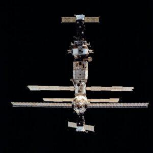 Pohled z Discovery na Mir s připojeným Sojuzem TM-20 nahoře