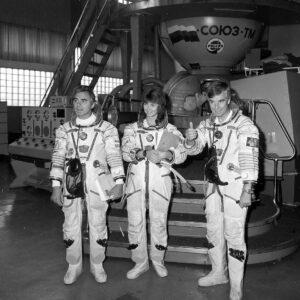 Posádka Sojuzu TM-20 (zleva: Viktorenko, Kondakova, Merbold)