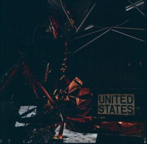Jeden z mála snímků téměř celé postavy Armstronga (u levého spodního okraje) během historické vycházky