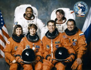 Posádka mise STS-63: (zleva) Voss, Harris, Collins, Wetherbee, Foale, Titov