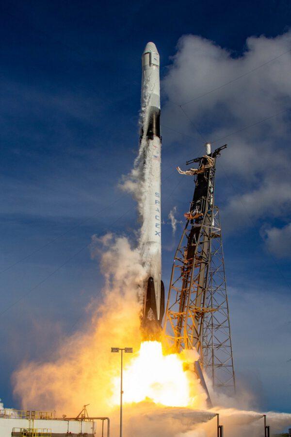 Falcon 9 vynáší Dragon CRS-18
