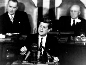 Kennedy během památného projevu 25. května 1961