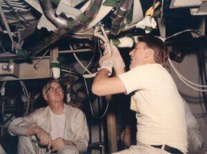 Vzhledem k tomu, že lunární moduly Apolla 12 a 13 již byly víceméně hotové, bylo možné přepážky instalovat až na lunární modul Apolla 14 a dalších. Instalace skrze otvor o průměru 61 mm se podobal spíše (dámy prominou) gynekologickému zákroku...