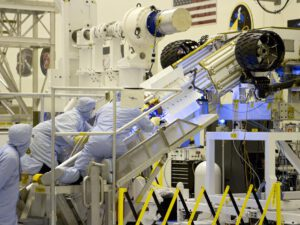 Takto vypadala instalace MMRTG na rover Curiosity. Podobně bude vypadat i na MR2020