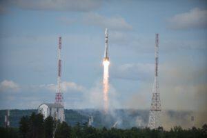 Sojuz 2-1b vynáší z kosmodromu Vostočnyj meteorologickou družici Meteor M2-2 a 32 cubesatů - mezi nimi i Lucky-7 a Socrat-R