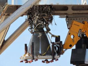 Motor Raptor s výrobním číslem 6 během instalace do Starship hopperu.